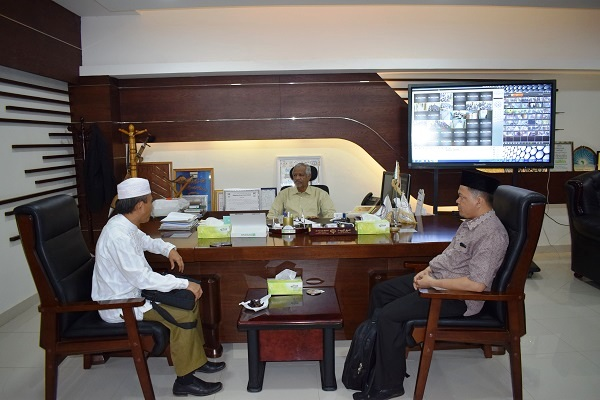 the-iua-vice-chancellor-receives-the-director-of-the-arab-priyau-indonesian-center
